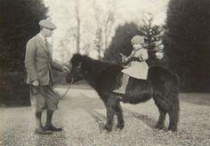 Difunden fotos nunca vistas de la infancia de Isabel II de Inglaterra