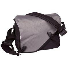 Die neue Messenger-Bag HERMES URBAN SOLID von Chiemsee ist gerüstet für jede Tour. Hohen Tragekomfort und Stabilität bietet der eingearbeitete Cross-Body-Strap mit Schnellverschluss-System. Die Schultertasche weist eine Menge wichtiger Feautures auf : ein Front-Organizerfach, eine Laptop Tasche, einen gepolsterten Tragegurt und einen superschnellen Klett- und Clip-Verschluss. Damit man Dich auc...