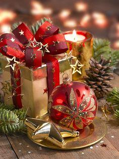 Leading Illustration & Publishing Agency based in London, New York & Marbella. Christmas Scenes, Christmas Mood, Noel Christmas, Christmas Wishes, Christmas Pictures, Christmas Colors, Christmas Greetings, All Things Christmas, Christmas Decorations