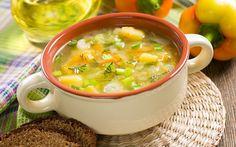Yaz kış demeden mevsiminde olan arzu ettiğiniz sebzeleri kullanarak hazırlayabileceğiniz sebze çorbası, besleyici ve düşük kalorili bir başlangıç tarifi.