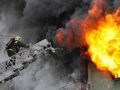 В Севастополе загорелось здание, два человека спасены. http://www.newc.info/news/21952/  В Нахимовском районе Севастополя произошло возгорание заброшенного дома на улице 1-я Бастионная.
