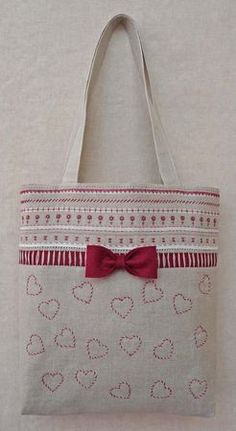 Change out hearts to Christmas ornaments? Patchwork Bags, Quilted Bag, Diy Bags Patterns, Hessian Bags, Vanity Bag, Fabric Bags, Kids Bags, Shopper, Zipper Bags