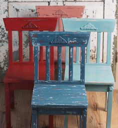 Create your own set of distressed chairs for your dining or living rooms. Easy to make and enjoy #chalkpaint #folkart #distressedfurniture #furniture #diy #diyfurniture