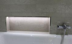 Praktische NIschenablage an der Badewanne. Fliesen im Stonemix Fliesen mit einer tollen Oberfläche in einer Kombination von leichtem Natursteinlook und Betonoptik Neu PrimeCollection Serie Construct in einer sanften Natursteinoptik http://www.franke-raumwert.de/Fliesen/PrimeCollection/Construct-2389/  #Fliese #Wandfliesen #Bodenfliesen #Bad #Badezimmer #Badkamer #GästeWC #Wohnzimmer #Schlafzimmer #Eingang #Küche #Küchenfliesen #Feinsteinzeug #Beton #Naturstein #LED #Nische #Ablage…