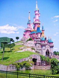 This Sleeping Beauty castle in Disney land Paris and it looks more like the one in the movie then the one in CA - Paris Disneyland Pictures Disneyland Paris Castle, Parc Disneyland, Disneyland World, Disneyland Tickets, Disney Love, Disney Magic, Disney Tips, Disney Parks, Walt Disney World