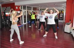 Začať cvičiť môže znamenať cestu nielen kpostave snov, ale kživotu plnému energie, radosti apohody. Tento recept skutočne funguje. Pohyb vie vyriešiť psychické problémy, uzdraviť telo bez liekov avrátiť radosť do života. To všetko zažívajú aj klienti Janky Kordiakovej, profesionálnej trénerky,reprezentantkySlovenska vo fitness a víťazky prestížnych fitness súťaži: 1.m. Fitness Olympia Sports Models USA 2012- &nbsp…