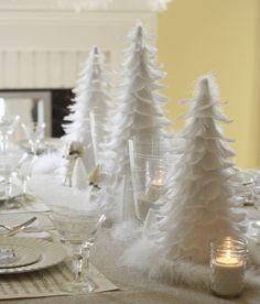 Dekorieren Sie zu Weihnachten den Tisch mit weißen Federn