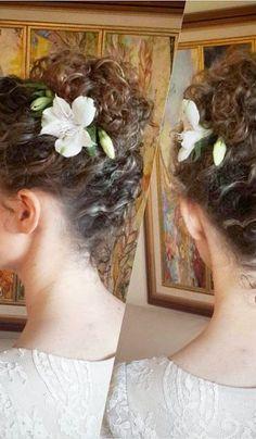 Para as noivas tradicionais, o coque polido com um acessório em formato de flor é uma boa opção
