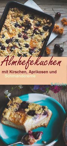 Rezept für sehr saftigen und lockeren Almhefekuchen mit Kirschen, Marillen, Schmandcreme und Streuseln. Ein ein rustikaler Kuchen mit Alpencharme und viel Geschmack!