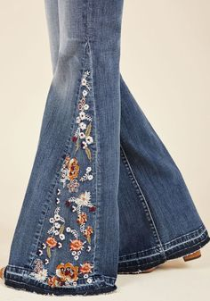Insert Flowers Here Jeans. Seamlessly slip feminine flair into your style by sneaking into these medium wash jeans. Denim Fashion, Fashion Pants, Boho Fashion, Fashion Outfits, Hippie Jeans, Mode Jeans, Painted Jeans, Denim Ideas, Denim Crafts