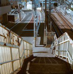 yobaretetobidete:  歩道橋わたるとき: Crossing the Footbridge (via shuji+)