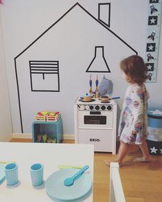 Bella loves Anton's room! Bella ama o quarto de Anton e Anton ama o de Bella! A grama do vizinho sempre é mais verde :). #decorababy #decorforkids #barnrumsinspo #kidsdecor #kidsroom #barnkök#breakfast#frukost#cafedamanha #maedemenino#montessori#quartomontessoriano #cozinha#cozinhainfantil##favorella #finabarnsaker #barnerom #jollyroom #decoracaoinfantil #dicasmpm#scandinaviandesign#barnrummet#mynordicroom#decoracaoescandinava#whashitape#brio#jabadabado