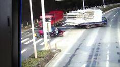 Жуткое ДТП в Китае http://cultiwc.ru/zhutkoe-dtp-v-kitae/  Женщина переходила дорогу по пешеходному переходу и перед собой везла коляску с маленьким ребенком, водитель прощелкал пешеходный переход, а дама не смотрела по сторонам в итоге был совершен наезд на коляску, чудом ребенок не пострадал. Pressa.tv — Источник настроения 😉 развлекательный портал.