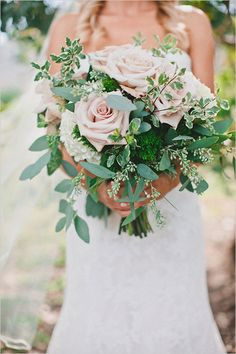 peach and green wedding bouquet @weddingchicks