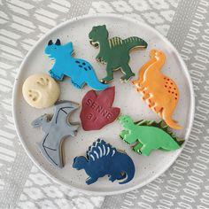 Dino feest eten & drinken: van velociraptor klauwen tot threerex taart   mamalifestyle.nl Dinosaur Cookies, Photo Booth, Sugar, Snacks, Birthday, Party, Desserts, Kids, Food