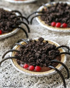 The easiest and cutest Halloween treats! My kids would love these! Ingredients include mini graham crust pies, chocolate pudding, oreos, red hots, and black licorice ropes. Cute Halloween Treats, Soirée Halloween, Halloween Punch, Halloween Goodies, Halloween Food For Party, Halloween Festival, Halloween Cupcakes, Holidays Halloween, Halloween Desserts