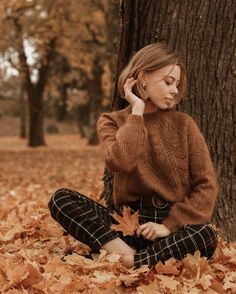 This little forest wins me over every autumn🍁 Staying soft in a knit by 🍂 Portrait Photography Poses, Photography Poses Women, Autumn Photography, Fall Photo Shoot Outfits, Autumn Instagram, Shotting Photo, Fall Portraits, Photographie Portrait Inspiration, Foto Casual