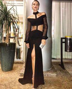Fernanda Liz (@fernandaliz_official) veio direto de NY para o gala do amFAR e veste modelo assinado pelo stylist Aderbal Freire (@aderbalfreire) e Patricia Bonaldi (@patriciabonaldi). Recorte e transparência ganham destaque no look all black.  via HARPER'S BAZAAR BRAZIL MAGAZINE OFFICIAL INSTAGRAM - Fashion Campaigns  Haute Couture  Advertising  Editorial Photography  Magazine Cover Designs  Supermodels  Runway Models