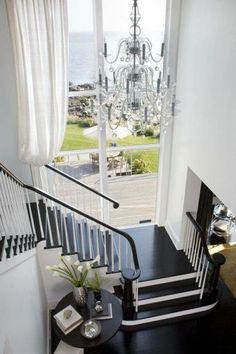 Escalier lumineux par ces grandes fenêtres avec vue imprenable. Plafonnier important pour remplir l'espace.