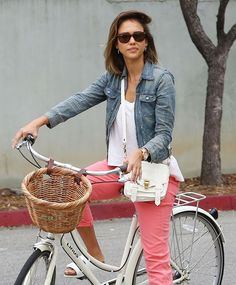 Jessica Alba rides her bike in Malibu, Calif., on July Stars attend Paris Fashion Week Retro Fashion, Boho Fashion, Paris Fashion, Smart Casual Wardrobe, White Crossbody Bag, Jessica Alba Style, Bicycle Girl, Bike Style, Street Style Summer