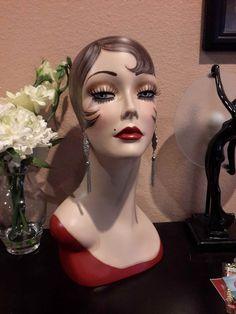 Cest une 16 pouces mannequin tête de peint à la main. Jai peint ses comme une délurée, avec quelle a les cheveux rouge des reflets. Elle a des yeux