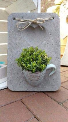 Crea una linda placa decorativa usando cemento y tazas o recipientes que ya no utilices. Materiales: una bandeja de plástico o metal para us...