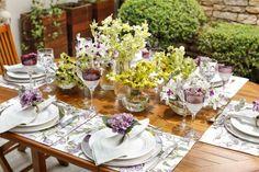Para receber amigos na semana passada, preparamos uma mesa na área externa de casa nos tons de verde e roxo, combinação de cores que adoramos, acompanhados por outros elementos com tonalidades suaves e os vasos transparentes da Cristais Cá d'Oro.