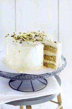 Deze laagjestaart met citroencrème en pistache is een echte showstopper. Hij is niet moeilijk te maken en je maakt je echt de blitz mee. Bake My Cake, Pie Cake, Extreme Cakes, Waffle Bowl, Lemon Kitchen, Summer Cakes, No Bake Desserts, High Tea, Vanilla Cake
