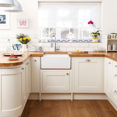 Curved corner end / White and oak worktop kitchen | Kitchen decorating…