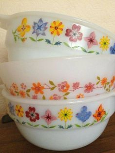 Mum had the middle pattern. w Vintage Pyrex sweet pattern Vintage Pyrex Dishes, Vintage Kitchenware, Vintage Glassware, Vintage Bowls, Vintage Love, Vintage Decor, Retro Vintage, Vintage Items, Plywood Furniture