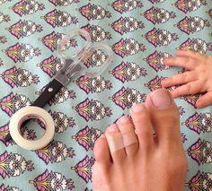 El secreto para usar tacos sin que duela.. envolver en cinta adhesiva el tercer y cuarto dedo (contando desde el dedo gordo) juntos en el centro... probemos!!