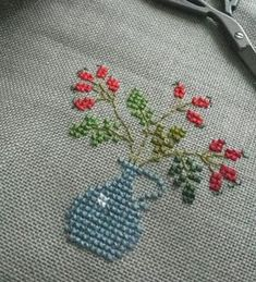vazo-cicek-masa-ortulu-etamin Cross Stitching, Cross Stitch Embroidery, Embroidery Patterns, Hand Embroidery, Cross Stitch Patterns, Small Cross Stitch, Cross Stitch Flowers, Creative Embroidery, Christmas Embroidery