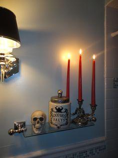 Halloween glass shelf in the bathroom. Skull and Blood bath salts jar. Halloween Inspo, Halloween Table, Diy Halloween Decorations, Halloween House, Holidays Halloween, Vintage Halloween, Halloween Diy, Halloween Bathroom, Pumpkin Uses