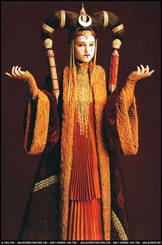 Natalie Portman as Queen Padmé Amidala: The young queen of Naboo at 14 years of age --- Star Wars Episode I: The Phantom Menace, a 1999 American epic space opera film written and directed by George Lucas. Cosplay Star Wars, Costume Star Wars, L Cosplay, Princesse Amidala, Reina Amidala, Star Wars Padme, Dark Autumn, Manualidades Star Wars, Star Wars Brasil