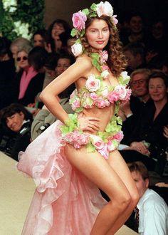 Laetitia Casta par Yves Saint Laurent  Défilé Yves Saint Laurent S/S 1999 Haute Couture
