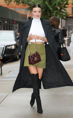 Miranda Kerr Fashion Watch What Happens Live September 2017 - Star Style Miranda Kerr Outfits, Estilo Miranda Kerr, Miranda Kerr Street Style, Wool Mini Skirt, Mini Skirts, Modell Street-style, Cartier Panthere, Models, Mode Inspiration