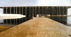 O edifício sede da Editora Mondadori, projeto de Oscar Niemeyer de 1968, localizado em Milão, na Itália. No exterior, o arquiteto já havia projetado a sede da ONU em Nova York, ao lado de outros dez arquitetos, entre 1949 e 1952; o Museu de Arte Moderna de Caracas, na Venezuela (1954); a Feira Internacional e Permanente do Líbano, em Beirute (1962); e a sede do Partido Comunista Francês, em Paris (1965)