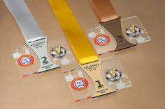 Medale dla dzieci na mistrzostwa w piłce nożnej  wykonane z pleksi bezbarwnej z kolorowym nadrukiem, dodatkowo personalizowana wklejka z grawerowanym laminatem.