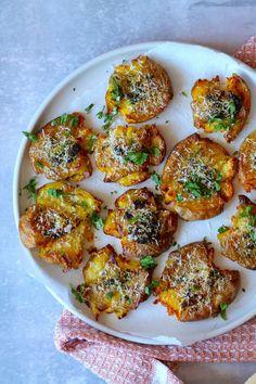 Knuste kartofler med hvidløgssmør og parmesan is part of Food - Good Healthy Recipes, Real Food Recipes, Vegetarian Recipes, Yummy Food, Great Recipes, Healthy Snacks, Food N, Food And Drink, Dinner Is Served