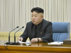 KIM JONG UN DETERMINA QUE TODOS UNIVERSITÁRIOS DA COREIA DO NORTE TENHAM O MESMO CORTE DE CABELO QUE ELE