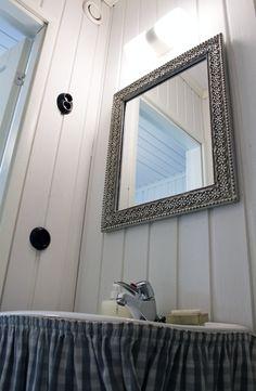 Peili, wc, pikkuvessa. Mirror, toilet.