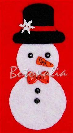 Mu�eco de nieve hecho con piezas de fieltro y botones decorativos. Los botones negros peque�itos hacen las veces de ojos y tambi�n de botones de la chaqueta. El sombrero lleva una decoraci�n de copo de nieve. Tambi�n lleva un bot�n de pajarita y una nariz que es una zanahoria. Botones decorativos para patchwork, fieltro y otras labores.