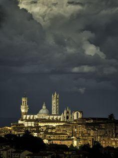 Infinito - Foto di Fabrizio Arata su http://500px.com/photo/78091811/divinity-by-fabrizio-arata -  #Siena #DuomoDiSiena #TorreDelMangia