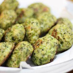 Bolinhas de brócolis: cozinhei uma cabeça de brócolis em pedaços no micro-ondas por 4 min, cortei na ponta da faca bem miudinho, daí misturei 2 ovos batidos, 2 colheres de farinha de amêndoas, 1 colher de parmesão ralado, 150 gramas de muçarela ralada no fino e temperei com sal e pimenta. Moldei as bolinhas e assei no forno alto por 35 minutos virando no meio do caminho. Usei forma com teflon untada com azeite. Isso esteve muito, mas muito gostoso.Deve ficar bem parecido usando outra…