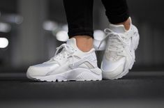 official photos d608d acd71 NIKE W AIR HUARACHE RUN - ALL WHITE LIMITED EDITION RARE TRAINERS IN ALL  SIZES