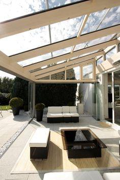 Terasa s atypickým zastřešením a moderním designem. #(zimní zahrada, terasa, zahrada, domov, přístavba, zhotovení, léto, zastřešení)