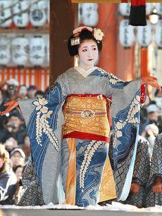 Kanoka at the Setsubun festivities wearing a Shibori patterned Hiki in light blue. She looked amazing!
