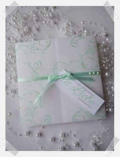 Handgefertigte Einladung zur Hochzeit mit Transparent - Papier und Anhänger - Kärtchen. In jeder Wunschfarbe individuell gestaltet erhältlich. Creative, Gift Wrapping, Frame, Gifts, Decor, Paper, Invites Wedding, Host Gifts, Card Wedding