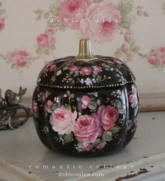 Romantic French Roses on Black Glass Pumpkin - Debi Coules Romantic Art Glass Pumpkins, Painted Pumpkins, Pink Pumpkins, Pumpkin Images, Chic Halloween, Halloween Fashion, Halloween Ideas, Black Pumpkin, China Painting