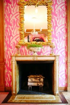 Completely loving this hot pink graphic wallpaper!